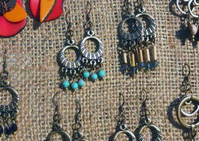 boucles d'oreilles à Prades (Codalet) avec pierres fines (labradorite, jaspe, lapis lazuli, améthyste…)
