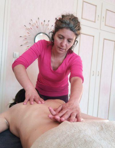 Carole utilise l'huile de sésame pour le massage ayurvédique 66