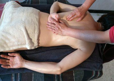 massage de tout le corps a l'huile chaude de sesame bio 66 codalet